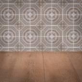 Вершина деревянного стола и пятнает керамическую стену плитки — Стоковое фото