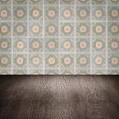 Mesa de madeira e borrão parede padrão de telha cerâmica vintage — Fotografia Stock