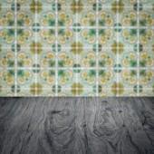 Trä bordsskiva och oskärpa keramik kakel vägg i bakgrunden — Stockfoto