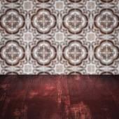 Mesa de madera superior y desenfoque de cerámica azulejo pared fondo — Foto de Stock