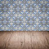 Trä table top och oskärpa vintage keramiska plattor mönster vägg — Stockfoto