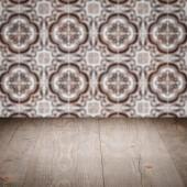 Piano tavolo in legno e parete del reticolo delle mattonelle di ceramica dell'annata di sfocatura — Foto Stock