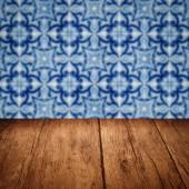 вершина деревянного стола и год изготовления вина пятна керамическая стена образца плитки — Стоковое фото