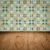 Masa üstü ahşap ve vintage Seramik Karo desen duvar bulanıklık — Stok fotoğraf