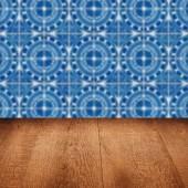 木製テーブル トップとぼかしビンテージ セラミック タイル パターンの壁 — ストック写真