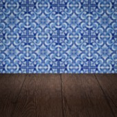 Wood table top and blur vintage ceramic tile pattern wall — Zdjęcie stockowe