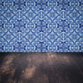 Dřevo stolu a rozostření historických keramických dlaždic vzor zeď — Stock fotografie
