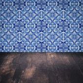 Holz Tischplatte und Unschärfe Jahrgang Keramikfliesen Muster Wand — Stockfoto