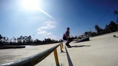 Skateboarder grinding down rail — Stock Video