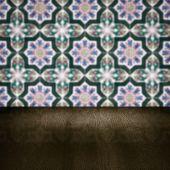 Blat z drewna i rozmycie rocznika płytki ceramiczne wzór ściana — Zdjęcie stockowe