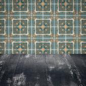 Dessus de table en bois et mur de carreaux de céramique vintage modèle le flou — Photo
