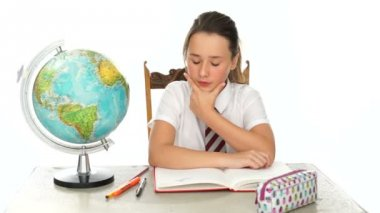 Young girl learning geography at school — Stock Video