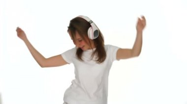 Smiling young girl listening to her music — Vídeo de stock