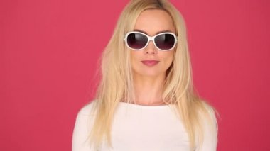 Vivacious woman in trendy sunglasses — Stock Video