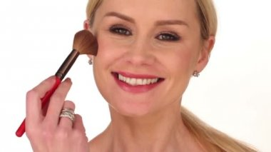 Happy attractive woman applying blusher — Stock Video