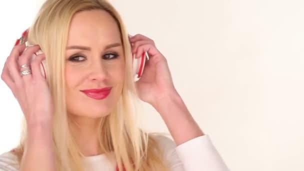 Bastante joven mujer disfrutando de su música — Vídeo de stock