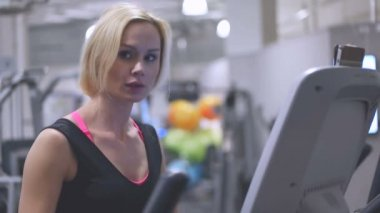 Young blond woman in a gym — Stock Video