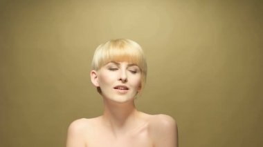 Short blond haired woman posing for the camera — Stock Video