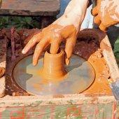 Potter macht auf Keramik-Rad-Ton-Topf. — Stockfoto