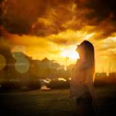 Silhouette of Young Woman at Urban Sunset — Stock fotografie