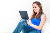 彼女のタブレットでソファの上の若い女性 — ストック写真