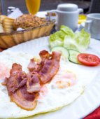 Prepared Egg and bacon — Stock Photo