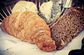 Croissant fresco en mesa — Foto de Stock
