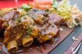 Costelas de carne grelhada na chapa com molho picante — Foto Stock