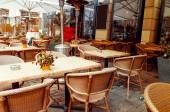 Vista a la calle de la terraza de un café con mesas y sillas — Foto de Stock