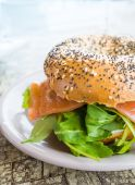 Bagel with Fresh Salmon and fresh lettuce — Stock Photo