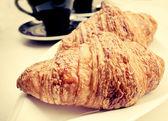 Kahve ve kruvasan kapat — Stok fotoğraf