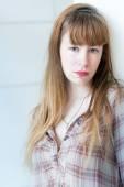 Depresif, hüzünlü kadın beyaz zemin üzerine — Stok fotoğraf
