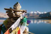 Tso Moriri Lake with prayer flags — Stock Photo