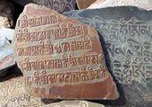 мани стена и камень с буддийской символикой — Стоковое фото
