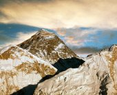 Evening colored view of Everest — Stock Photo
