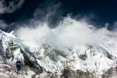 View of Cho Oyu with trekker — Stock Photo