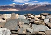 Mani wall and Tso Moriri lake — Stockfoto