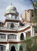 Jama Masjid and Leh Palace with stupa on the background — Stock Photo