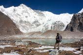 Man watching cho oyu - cho oyu base camp - nepal — Stock Photo