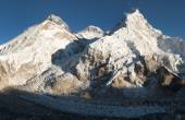Evening view of Everest from Pumo Ri base camp — Stock Photo