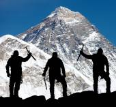 Mount Everest from Kala Patthar and silhouette of men — Stockfoto