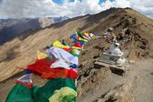 View of Nun Kun Range with buddhist prayer flags — Stockfoto