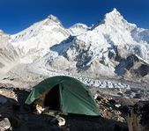 Everest, Lhotse and nuptse with tent — Stockfoto
