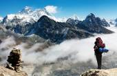 View of Everest from Gokyo Ri with tourist — Stock Photo