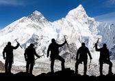 Mount Everest from Kala Patthar and silhouette of men — Fotografia Stock