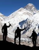 Mount Everest from Kala Patthar and silhouette of men — Stock Photo