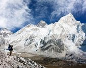 Mount Everest with beautiful sky and tourist — Stock Photo