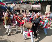 People dancing and playing on drums - Nepal — Stock Photo