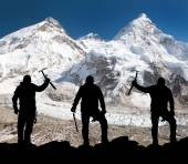 Silhouette of men with ice axe in hand, Mount Everest — Stock Photo