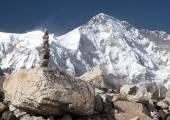 Mount Cho Oyu with stone man - way to Cho Oyu base camp — Stock Photo